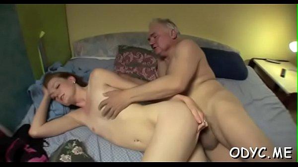 Starý kozel strčí pérko do mladé vaginy